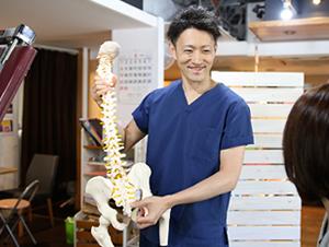 新所沢整骨院の骨盤矯正の説明の様子