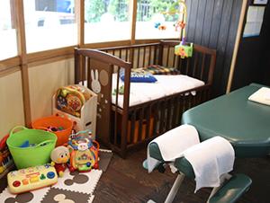 所沢市にある新所沢整骨院の産後骨盤矯正はベビーベッドの横で受けられます。